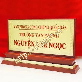biển chức danh đồng đúc mạ vàng,bán biển chức vụ 1 mặt, 2 mặt,làm biển tên gỗ đồng San-xuat-bien-chuc-danh-de-ban