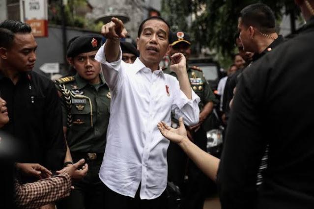 Presiden Jokowi sebetulnya tidak lagi memiliki kredibilitas yang kokoh untuk berbicara mengenai kepastian hukum dan pemerintahan yang bersih dan bebas KKN. Makanya sangat menggelikan jika ia dan jajarannya bicara tentang kepastian hukum dan pencegahan korupsi sebagai alasan mendasar di balik UU Cipta Kerja demi memikat investor. Hanya investor lugu yang mau termakan janji tersebut. Saya punya dasar untuk berkata itu.