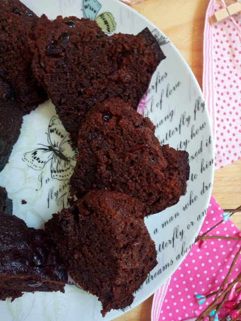 Bundt cake de chocolate a la taza y jalea de arándanos negros Sencillo, bizcocho, horno, desayuno, merienda, postre, cremoso, untuoso, jugoso, mermelada, Cuca