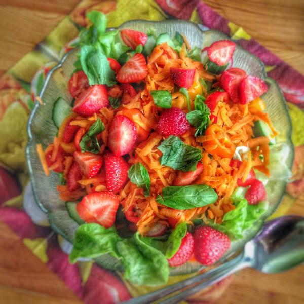 Rezept: Sommersalat mit Erdbeeren