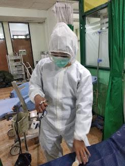 foto perawat menggunakan baju asmat