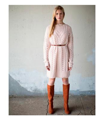 Пастельное розовое платье-свитер с сапогами и ремнем цвета кэмел camel