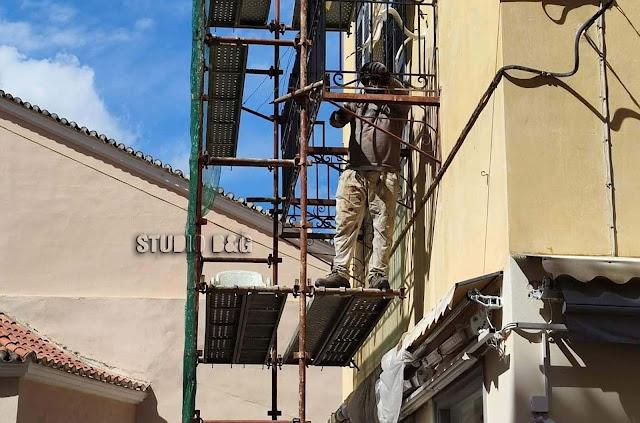 Ναύπλιο: Εργασίες αποκατάστασης στο μπαλκόνι που παραλίγο να στοιχίσει τη ζωή σε ηλικιωμένη