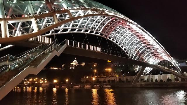 пешеходный мост в Тбилиси
