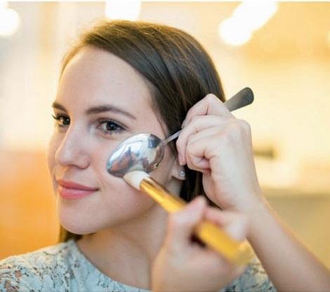 Maquilla tus pómulos o mejillas con la técnica de la cuchara
