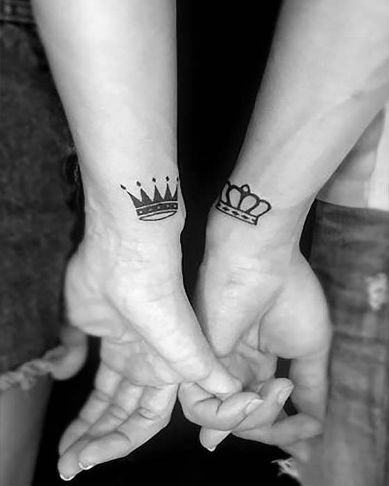 tatuaje de coronas rey y reina