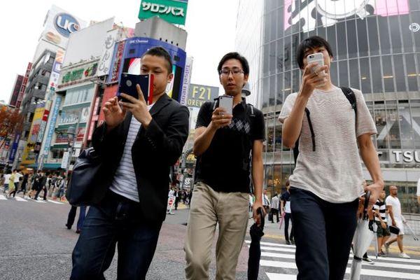 مدينة يابانية تحظر استخدام الهواتف الذكية أثناء المشي!