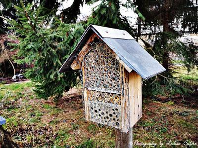Wildbienenhotel mit einem Dach aus Schiefer