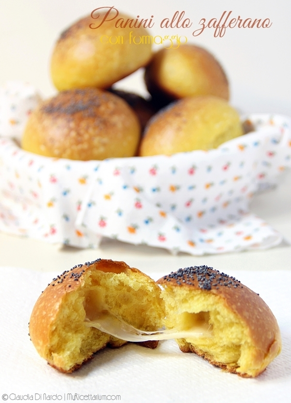 Panini allo zafferano con formaggio