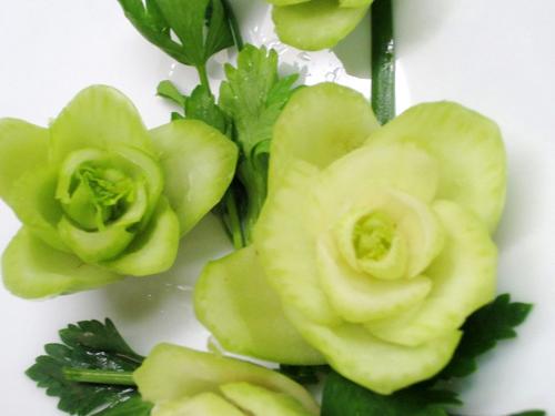 Cách tỉa hoa trang trí món ăn từ rau củ 9