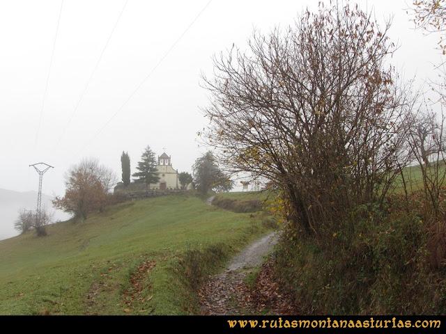 Ruta de las Xanas y Senda de Valdolayés: Llegando a la Iglesia de San Antonio de Padua