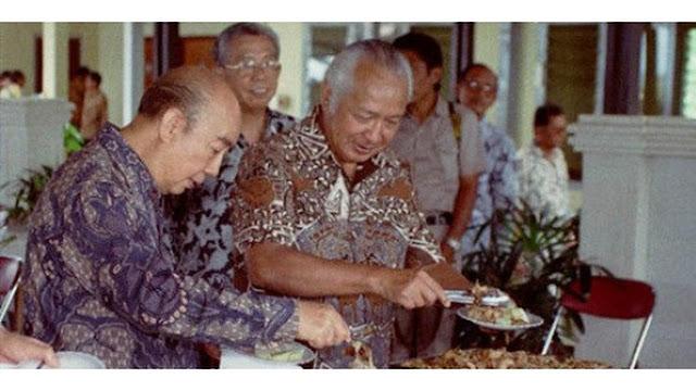 Soeharto mengenakan baju batik coklat