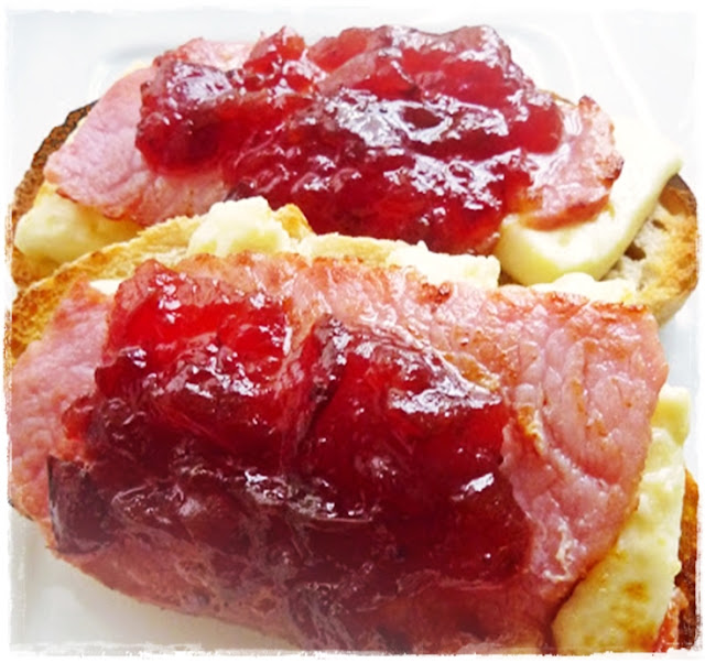 brie on toast with bacon and cranberry sauce