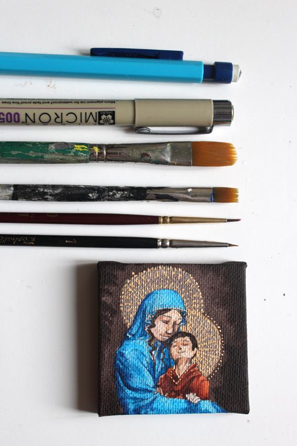 vierge à l'enfant miniature et ses outils