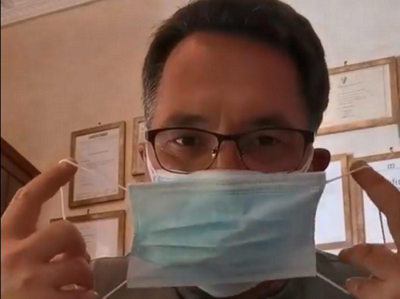 Καρδιολόγος φοράει 7 μάσκες και αναπνέει χωρίς πρόβλημα