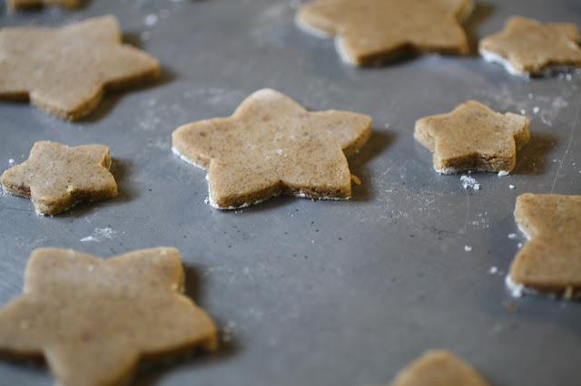 Galletitas de manteca dorada, café y canela / Spice brown butter cut-out cookies