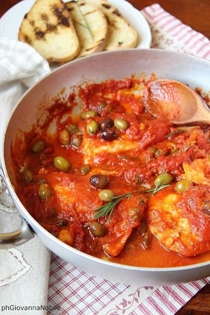 Baccalà in umido con pomodori, olive, capperi ed erbe aromatiche