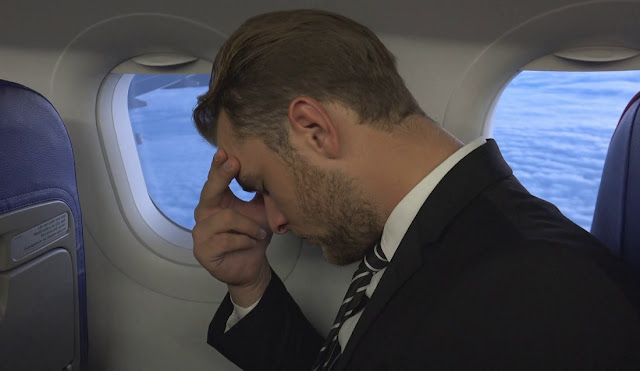 burrë duke qarë në avion
