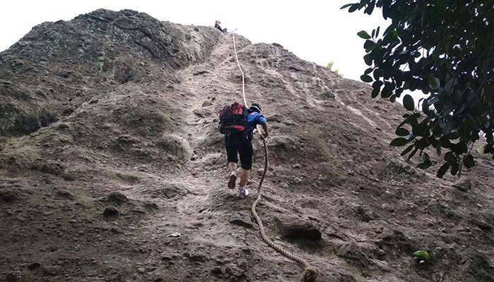 Menggapai puncak Gunung Munara dengan seutas tali