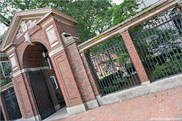 McKean Gate en el Campus Principal de la Universidad de Harvard