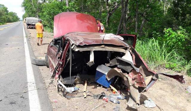 bebe morre carro bate arvore barreiras bahia - Bebê morre após carro bater em árvore na região de Barreiras; veículo partiu ao meio
