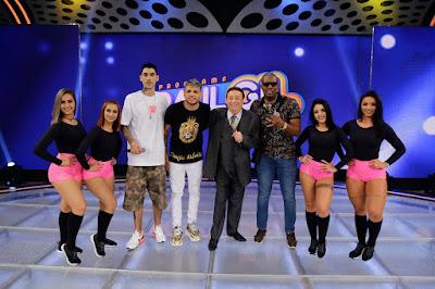 Raul com os jurados de Funkeirinhos MC Lozin, MC Ig e MC WM (Foto: Rodrigo Belentani/SBT)