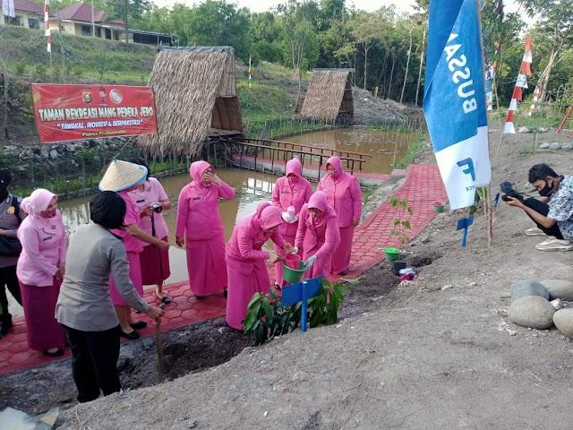 Peduli Penghijauan, Ketua Bhayangkari Sumsel Tanam 50 Pohon Di Taman Rekreasi Mang Pedeka Jero Prabumulih