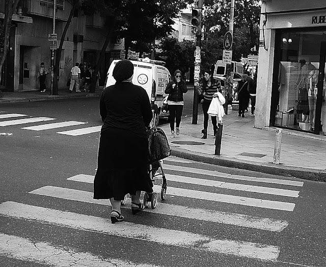 ByN Mujer cruzando la calle