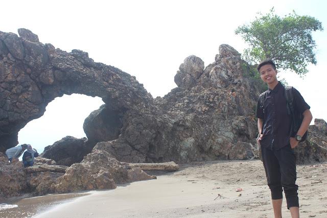Indahnya Pantai Karang Bolong Di Limau Tanggamus