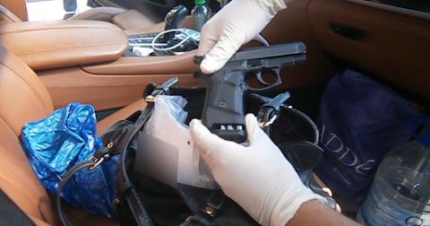 Pisztolyt és lőszereket találtak a pénzügyőrök egy német autóban Röszkén