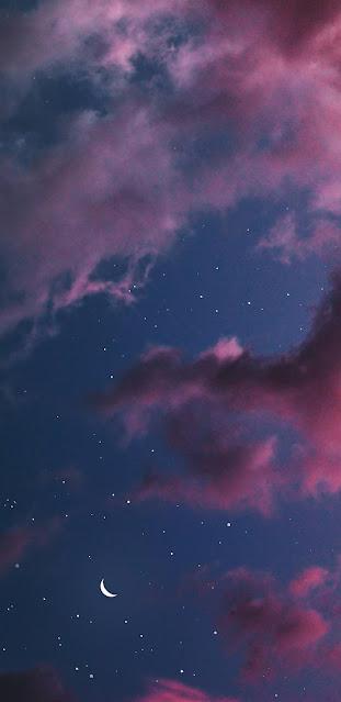 Ánh trăng giữa đêm khuya trên bầu trời đầy sao