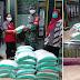 Babinsa Keprabon Ikut Serta dalam Pendistribusian Bantuan Paket Sembako di Pendhopo Kelurahan Keprabon