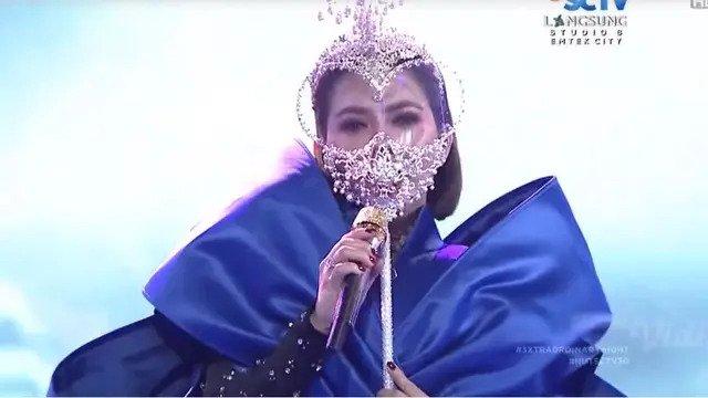 Syahrini Pakai Face Shield Bentuk Hati di HUT SCTV, Warganet: Cetar!