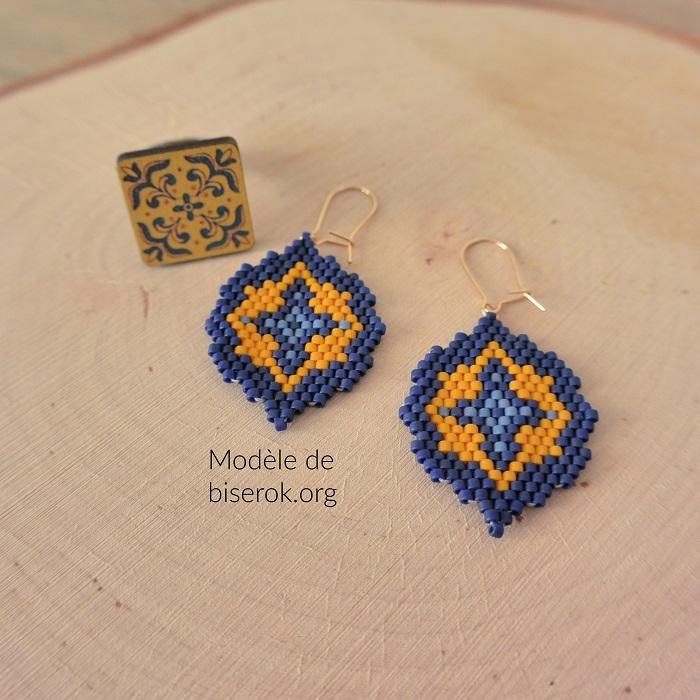 boucles d'oreilles en peyote, jaune et bleu, modèles de biserok, tissées par hello c'est marine