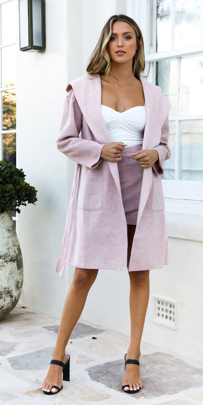 Perfect Instagram worthy outfits? See these 25 Breathtaking Fall Outfits for Going out. Women's Style + Date Outfits via higiggle.com | longline coat + skirt | #falloutfits #dateoutfits #coat #skirt