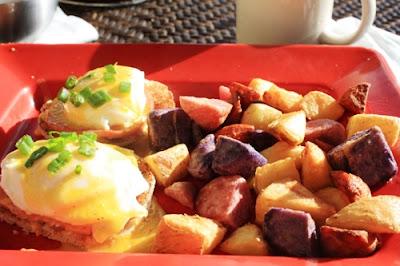 Eggs Benedict mit Bratkartoffeln © Copyright Monika Fuchs, TravelWorldOnline