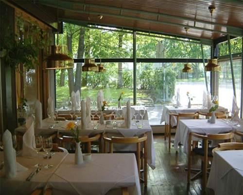 Fuksianpunaisia Häähaaveita: Ravintola siviilivihkimislounaalle hakusessa