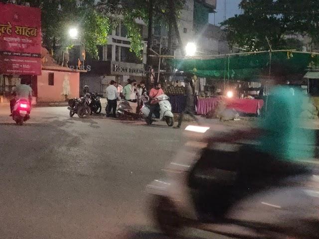 शाम 6:00 बजे के बाद गुपचुप ठेलों पर ऐसी भीड़
