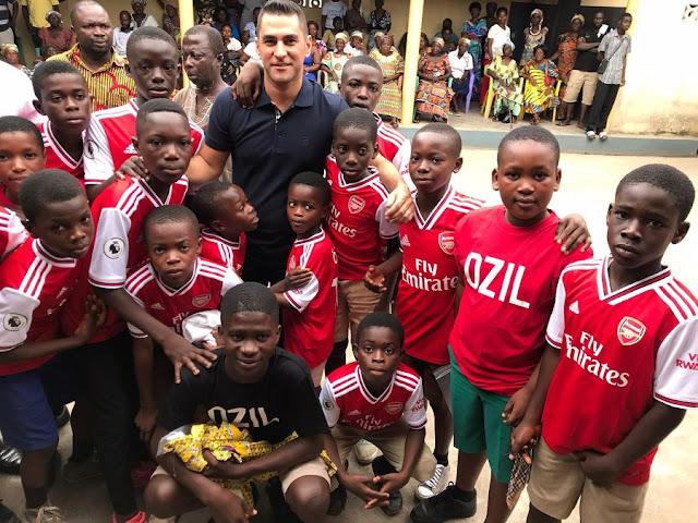 Mesut Ozil ha finanziato l'operazione di mille bambini e ha nutrito 100.000 senzatetto nel 2019