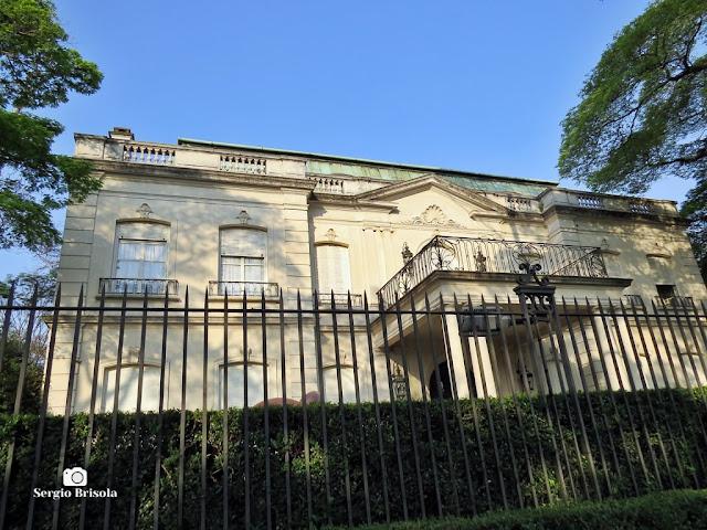 Vista da fachada de um Palacete em estilo Neoclássico na Rua Alemanha - Jardim Europa - São Paulo
