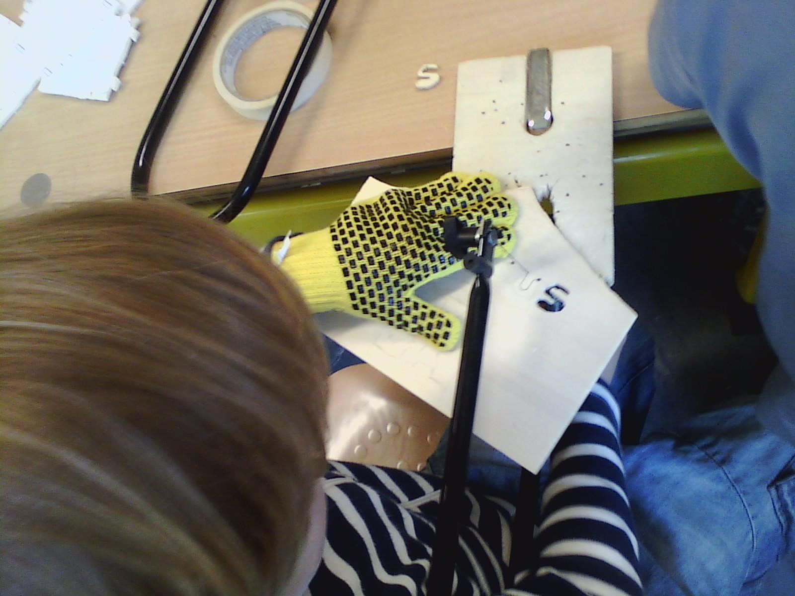 wenn kinder mit holz werken oder schutzhandschuhe f r kinder. Black Bedroom Furniture Sets. Home Design Ideas