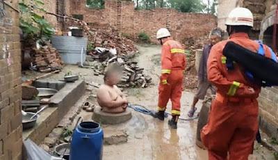 Pria gemuk tersangkut saat akan memasuki sumur