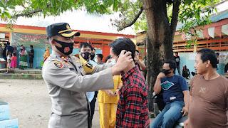 Cegah Covid-19 di Pilkada Serentak, Kapolres Pelabuhan Bagikan Masker di Sekitar TPS