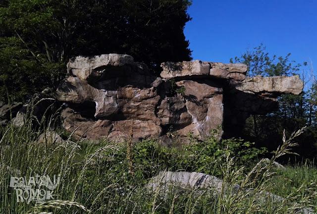 Nagy, háromszög alakú sziklatömb egy másik sziklán.