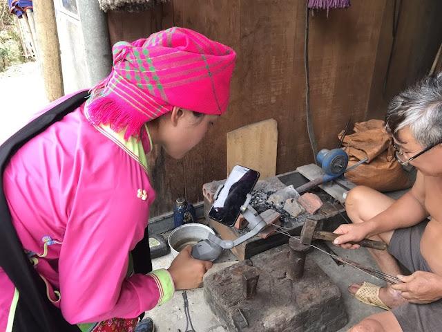 Vũ Thị Ngọc Hướng đang quay một bác thợ rèn dân tọc Giáy