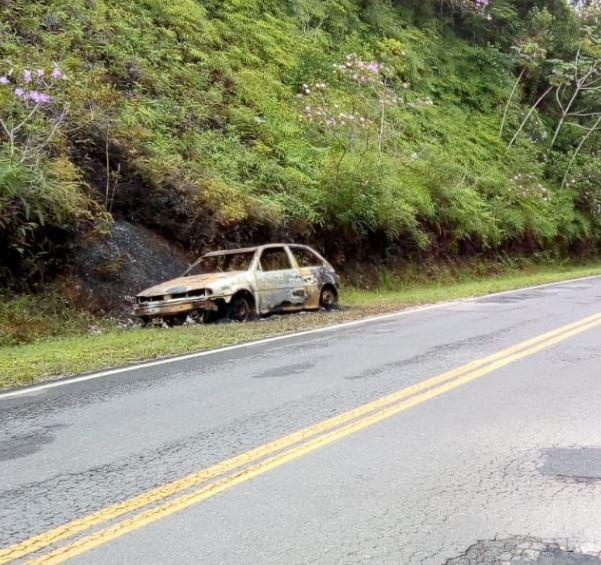 Corpo carbonizado é encontrado dentro de carro incendiado na rodovia Sete Barras á Juquia