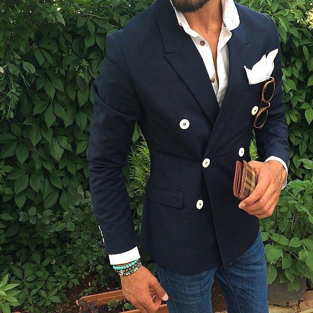 Le giacche doppiopetto sono arricchite da bottoni che possono avere diverse  forme e colori. Spesso i bottoni sono di colori di diverse tonalità  rispetto al ... c610c2a41ca