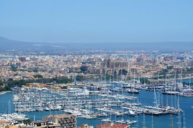 Castell de Bellver , vista da baía de Palma e da Catedral de Mallorca.