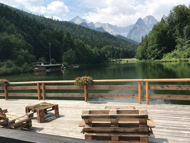Chill out Zone, Bunte Wiesenblumenhochzeit im Riessersee Hotel Garmisch-Partenkirchen, heiraten in Bayern, zwei Bräute, Regenbogen