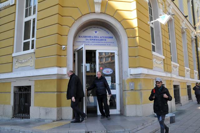 """Недвижими имоти по Южното Черноморие на изключително атрактивни цени, обяви за публична продан Националната агенция за приходите в Бургас. Крайната мярка се прилага към длъжници, които не са предприели каквито и да са действия за погасяване, в това число и поетапно, на натрупаните просрочени задължения към републиканския бюджет. Имотите представляват апартаменти и офисни площи и се намират в Ахелой, курортите """"Слънчев бряг"""" и """"Елените"""", Несебър и Свети влас. Цените за квадратен метър са твърде атрактивни. Така например апартаменти в централната част на курорта """"Слънчев бряг"""" са обявени с цена от 562 лева за квадратен метър. С подобна цена е и апартамент в луксозна сграда във в.с. """"Елените"""". Подробна информация за търговете може да се намери в сайта на Националната агенция за приходите -  www.nap.bg .  163 млн. лв. просрочени задължения събраха за първите 8 месеца на годината публичните изпълнители от дирекция """"Събиране"""" в териториалната структура на НАП в Бургас. Сумата е с 9 милиона повече от същия период на миналата година. От приходното ведомство в морския град отчитат тенденция на нарастване на доброволното погасяване на просрочени задължения от страна на бизнеса, а също и на физическите лица. Анализите на НАП Бургас показват, че около 20 на сто от лицата и фирмите с просрочени задължения остават напълно пасивни и не търсят контакт с приходното ведомство, въпреки желанието от страна на Агенцията за намиране на варианти за разсрочено погасяване на натрупаните задължения. В тези случаи се предпиремат крайните мерки на принудителното изпълнение, запорират се банкови сметки на длъжниците, изземват се пари от каси, налагат се възбрани върху движими и недвижими вещи, разпродава се имущество. От началото на годината териториалната структура на приходното ведомство в Бургас е провела 242 търга.  От НАП Бургас апелират към длъжниците да бъдат активни, да търсят контакт с приходната администрация, защото винаги може да се достигне до взаимноприемливо споразумение за разср"""